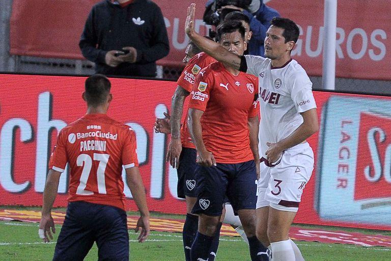 Burdisso, ex Independiente, se disculpa tras anotar el 1-0 de Lanús en Avellaneda