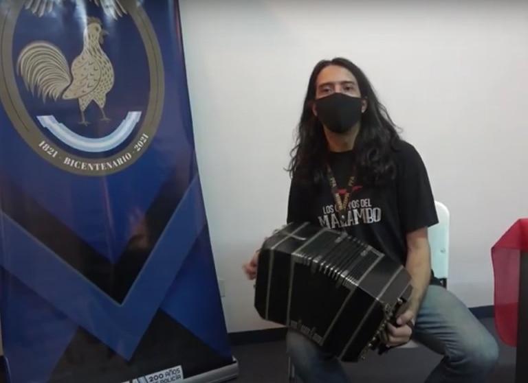 Rodrigo Mercado, al recibir su bandoneón, recuperado por el departamento de Patrimonio Cultural de la Policía Federal