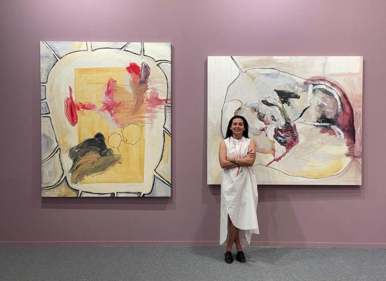 Agustina Taruschio, directora de waldengallery, con obras de Magali Lara