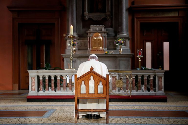 Pope Francis prays in St. Mary´s Cathedral, in Dublin