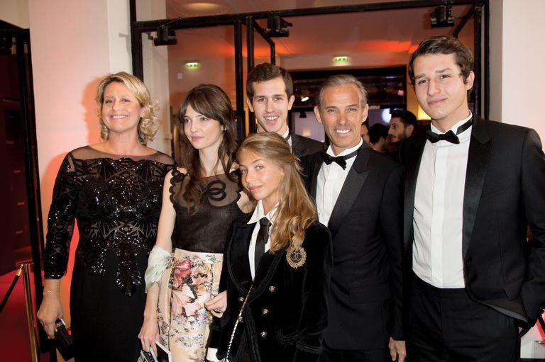 Con su hermano Paul y su mujer Luana Tenca, su sobrina Annabelle Waters Belmondo (hija de su hermana Florence) y sus sobrinos Alessandro y Victor (ambos hijos de Paul) en la ceremonia de entrega de los Cesar Film Awards, en 2017, en París.