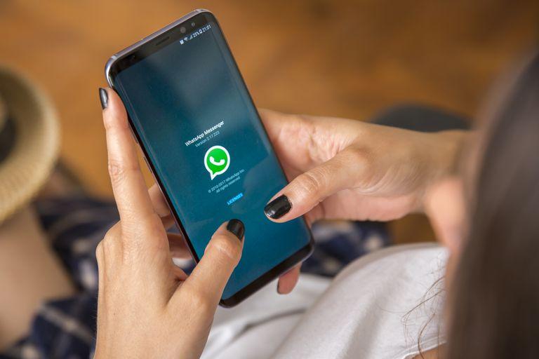Además del modo oscuro, en su última actualización WhatsApp ahora ofrece más opciones de fondos de color en los chats