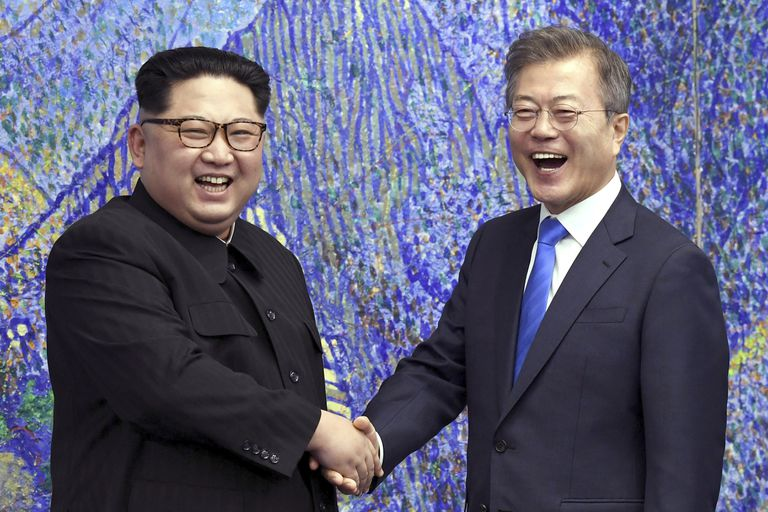 El líder norcoreano Kim Jong Un, a la izquierda, posa con el presidente surcoreano Moon Jae-in en 2018
