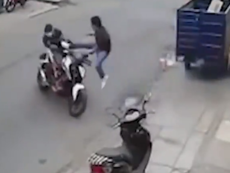 Un hombre evitó que le robaran la moto con una patada voladora al estil Jackie Chan