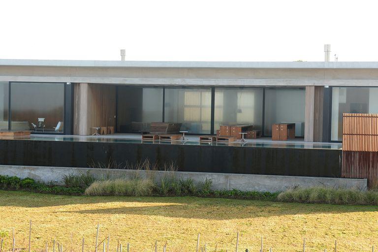 La propiedad se levanta en un terreno de 1671 metros cuadrados, la planta baja tiene unos 400 metros cuadrados y la planta alta, 155,60, según consigna el diario El País