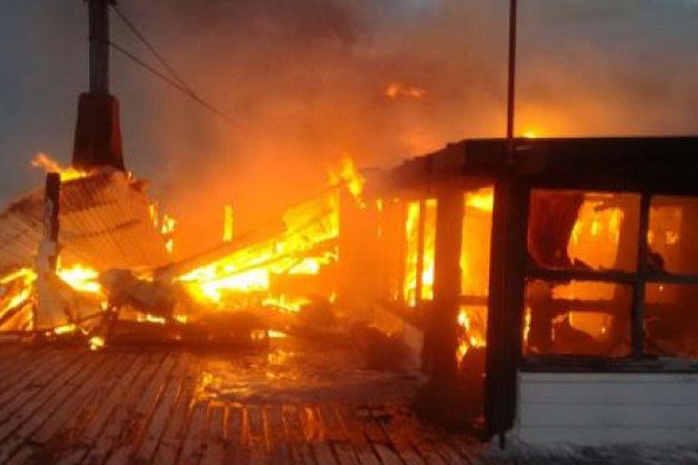 La destrucción de la estructura fue total y habría sido provocada por un cortocircuito