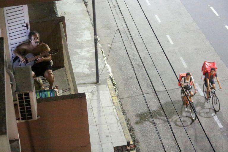 Aislados e impedidos de circular, los porteños se relacionan desde los balcones