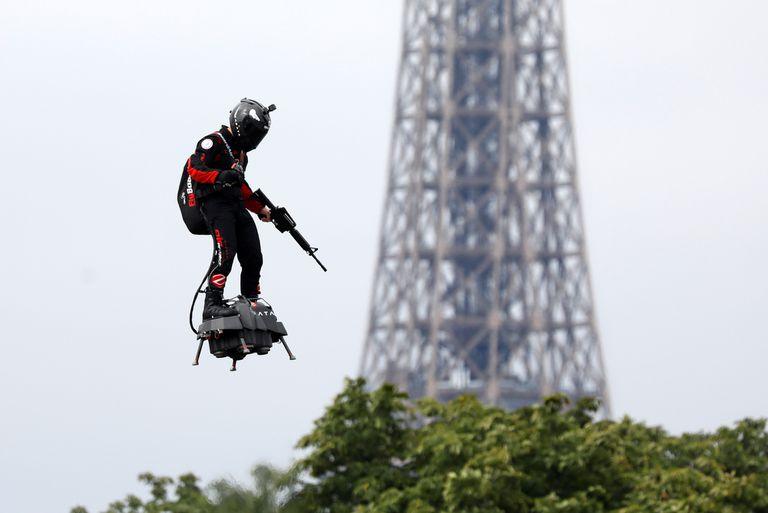 Franky Zapata vuela en un Flyboard cerca de la Torre Eiffel durante el tradicional desfile militar del Día de la Bastilla en la Avenida Champs-Elysees en París