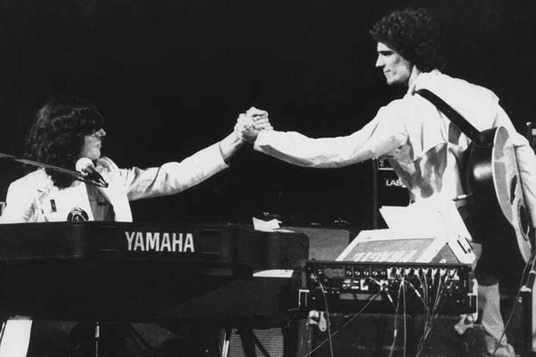 """Una nota de tapa de la revista Hurra en 1980 planteaba una """"división antagónica"""" entre Charly García y Luis Alberto Spinetta. Los músicos reaccionaron uniendo fuerzas y en septiembre de 1980 realizaron durante un fin de semana cuatro conciertos en el estadio de Obras Sanitarias"""
