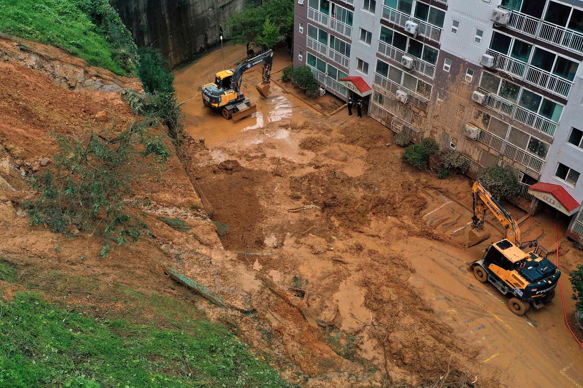 En unas imágenes grabadas en la región de Busan (sureste), la segunda ciudad del país, se veían calles inundadas y árboles y semáforos arrancados.