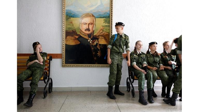 Estudiantes de la Escuela de Cadetes se sientan junto al retrato de Alexei Yermolov, el famoso general imperial ruso, después de una ceremonia que marca el comienzo del año escolar