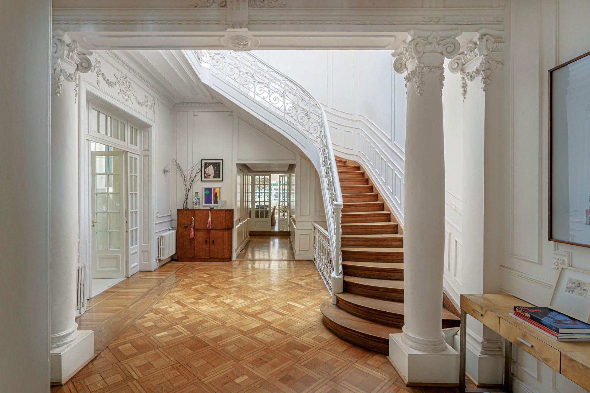 La lucarna sobre el hueco de la escalera, original, baña de sol la recepción.