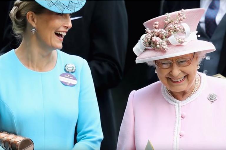 Sofia de Wessex e Isabel II, entre risas.
