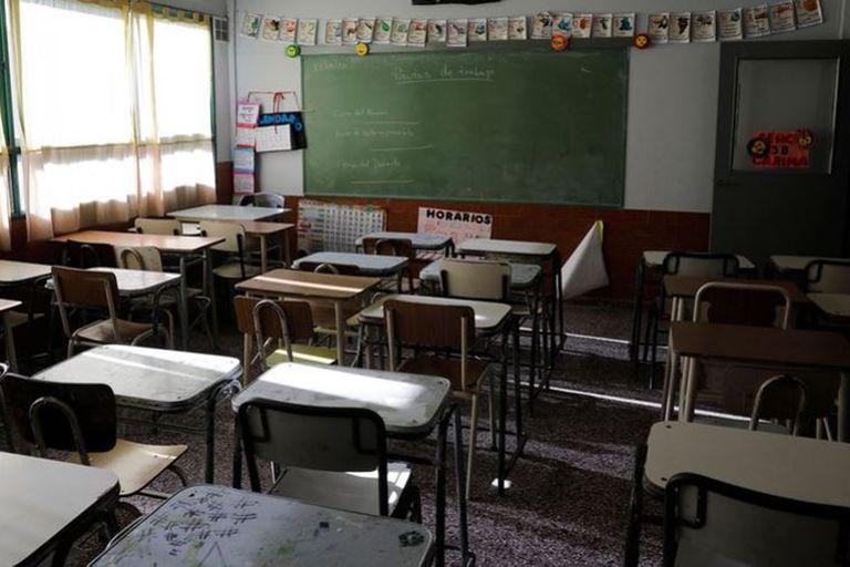 El Presidente suspendió las clases presenciales por tres semanas