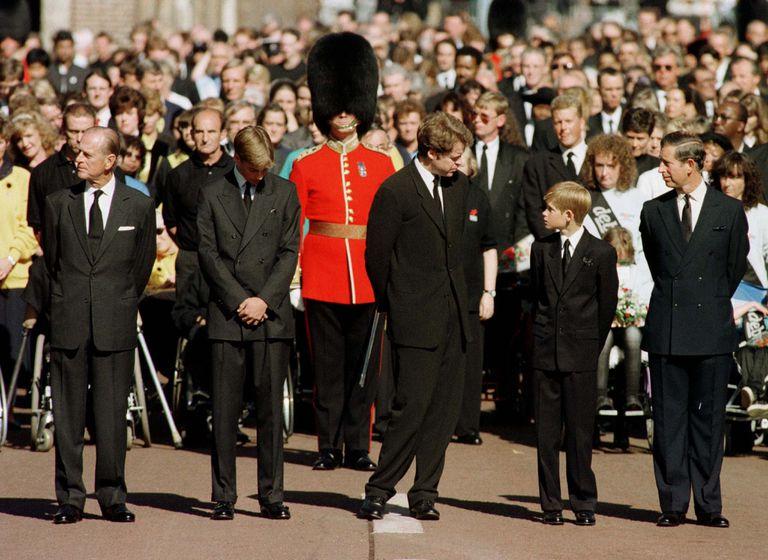 El príncipe Felipe, Guillermo, Earl Spencer, Harry y Carlos, durante el funeral de Lady Di
