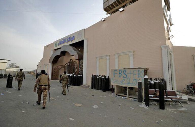 Fuerzas de seguridad iraquíes en la puerta del Hospital Ibn Al Khatib de Bagdad tras el incendio