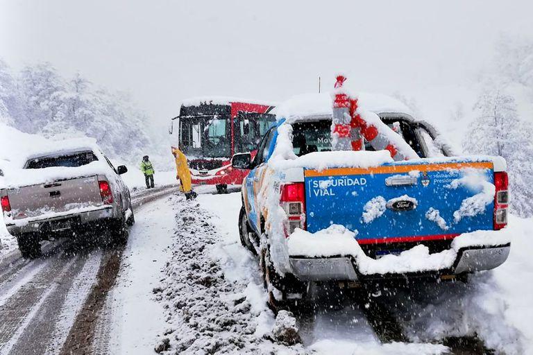 Junto un grupo de vecinos y amigos aficionados al off-road, Mario Kelle abre caminos entre la nieve para llevar alivio a los que están aislados y forrajes para sus animales en medio de la Patagonia
