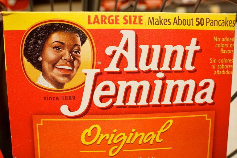 En Estados Unidos la marca de jarabe de arce Aunt Jemina cambió su logo histórico y eliminó la imagen de una mujer afroamericana porque evocaba el retrato de una sirvienta del sur del país