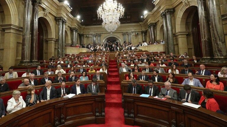 El presidente regional de Cataluña, Carles Puigdemont (centro, primera fila), en una sesión del Parlamento regional catalán en Barcelona, España
