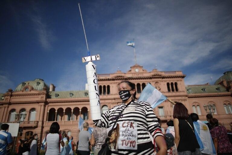 Manifestantes protestan en Plaza de Mayo contra la aplicación indebida de vacunas por parte de funcionarios, el sábado pasado