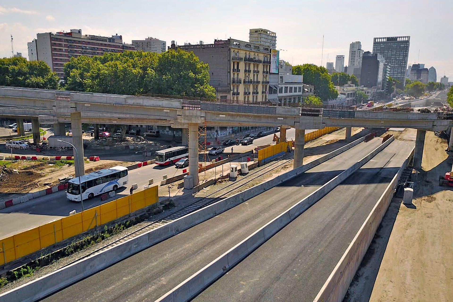 Los autos particulares circularán a nivel: hacia el sur habrá cuatro carriles para tránsito liviano separados por un bulevar arbolado