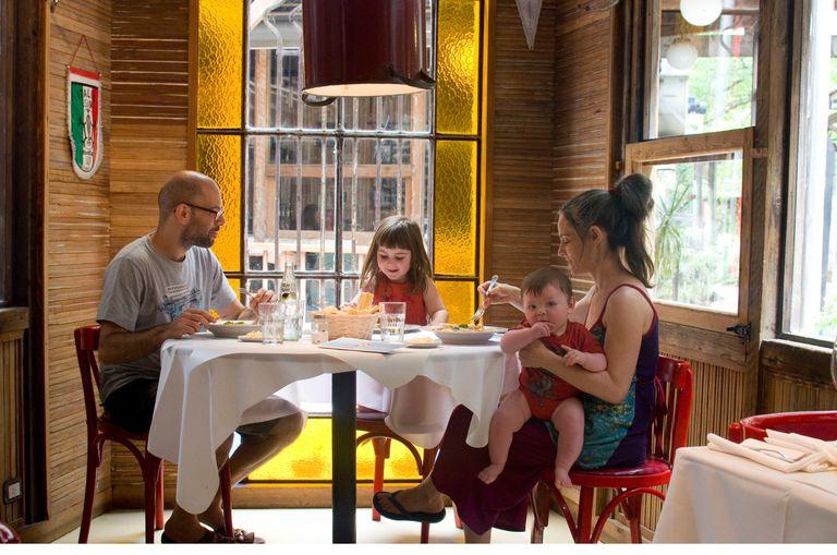 Uriel Kitay y su familia, en La Cantina del Rey, una pausa para el almuerzo