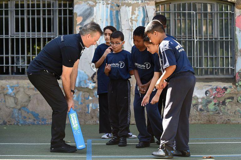 Steve Waugh, un referente del cricket, enseña lo suyo a niños en India.