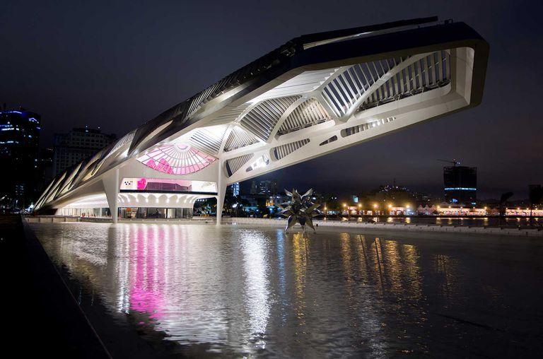 El modernísimo Museo del Mañana iluminado por la noche