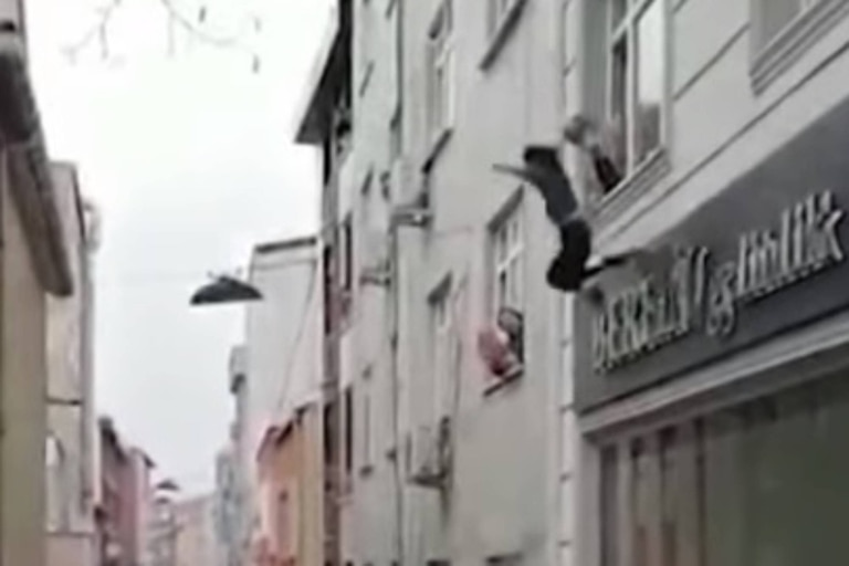 Una mujer tuvo que arrojar a sus cuatro hijos desde un tercer piso para salvarlos de un incendio. Captura Youtube.
