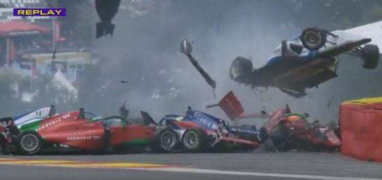 Los impresionantes choques entre seis autos en la curva más famosa de la Fórmula 1