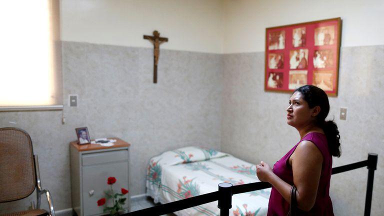 Cecilia en la que fuera la habitación de monseñor Romero en San Salvador.