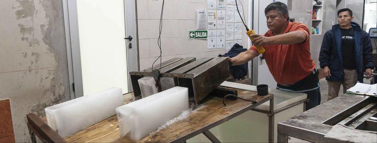 Una vieja fábrica sigue produciendo barras de hielo en el corazón de Floresta