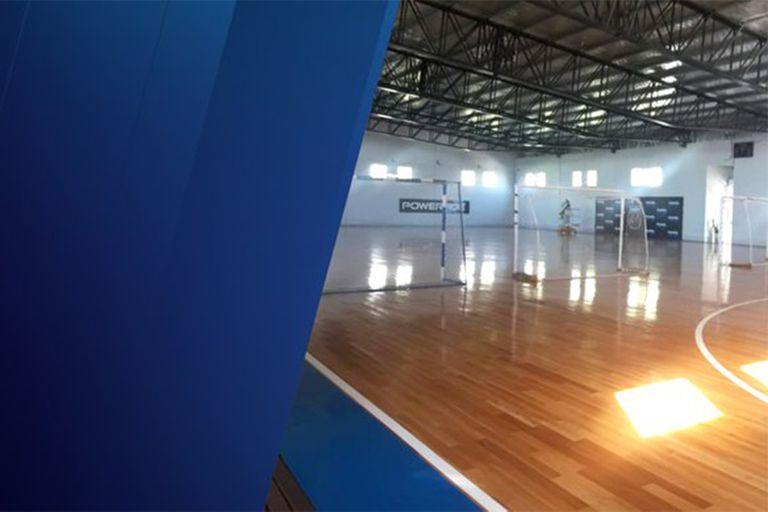 El gimnasio de futsal donde el doctor Villani y el director Moschella dirigen la logística de preparación para instalar las 120 camas.