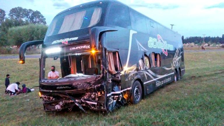 El ómnibus de larga distancia de la empresa 20 de Junio, involucrado en el choque