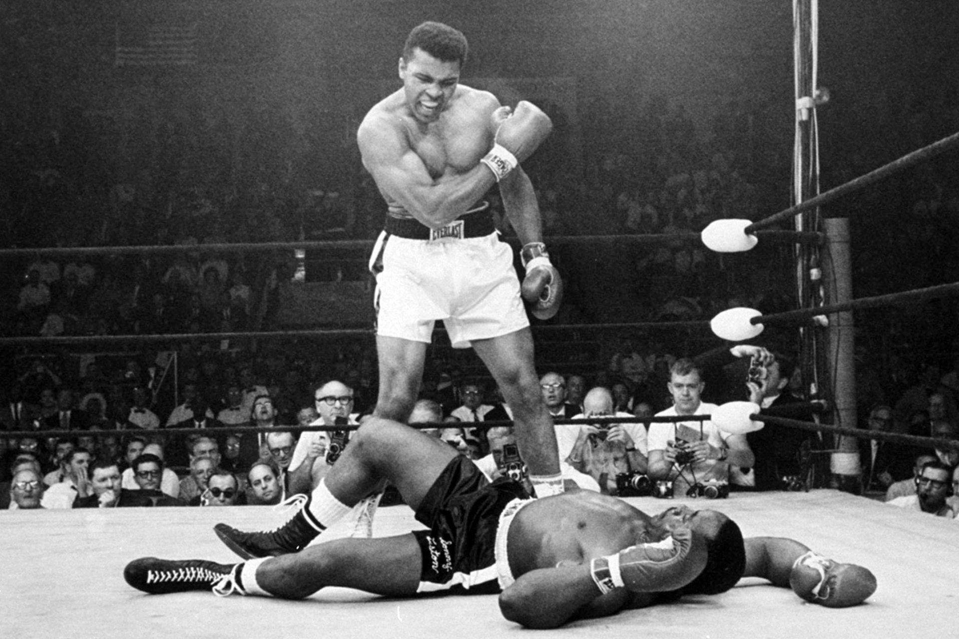 Emblemática foto de la carrera de Muhammad Alí; fue el 25 de mayo de 1965, cuando ya era campeón mundial y le dio la revancha a Sonny Liston