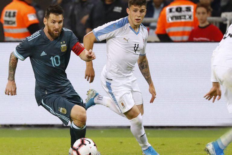 Messi en acción en el amistoso jugado por la Argentina y Uruguay en Tel Aviv, Israel, en octubre de 2019; ambas selecciones iban a enfrentarse el 26 de marzo en Santiago del Estero, pero la ventana de la eliminatoria quedó postergada para junio.