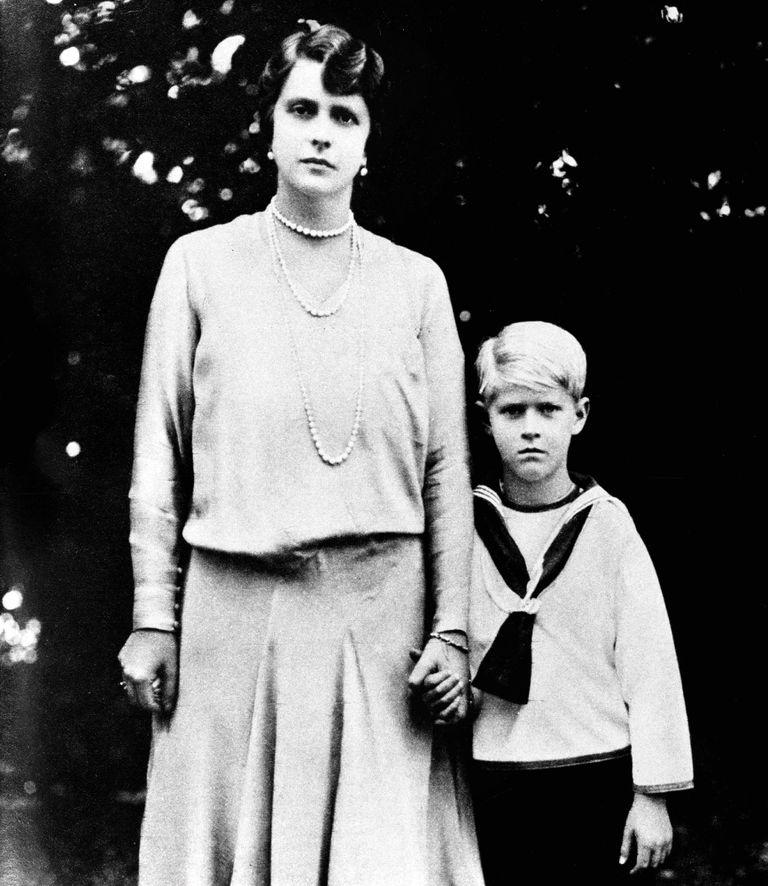 De la mano de su madre, la princesa Alicia Battenberg, bisnieta de la reina Victoria, quien terminaría internada en una clínica de enfermedades mentales.
