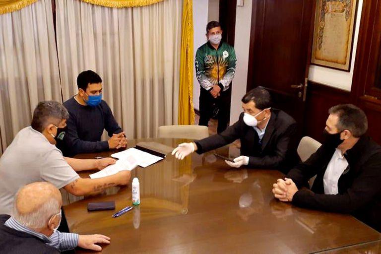 Pablo Moyano al firmar el acta salarial con los asesores legales de las cámaras empresarias; la firma fue en la sede de los camioneros de avenida Caseros al 900, en Constitución
