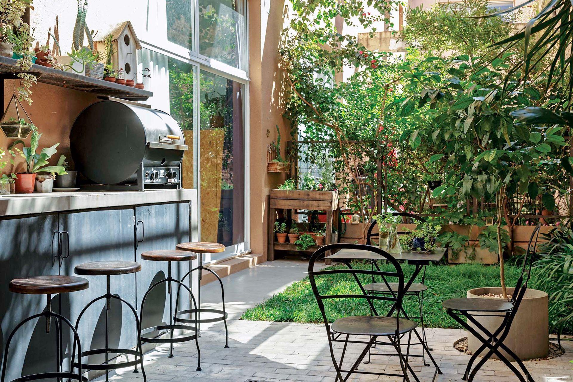 El patio es el lugar preferido de los dueños de casa y se trazó para aprovechar cada rincón.