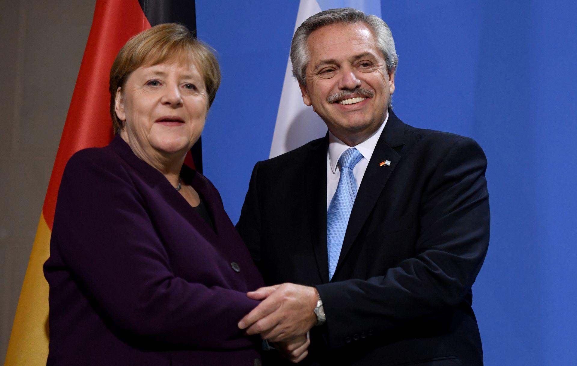 La canciller alemana y el presidente de Argentina, Alberto Fernández, se dan la mano después de una conferencia de prensa en la Cancillería en Berlín, el 3 de febrero de 2020, poco antes de que los países cerraran por la pandemia del coronavirus