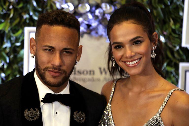 Neymar junto con su novia Bruna Marquezine