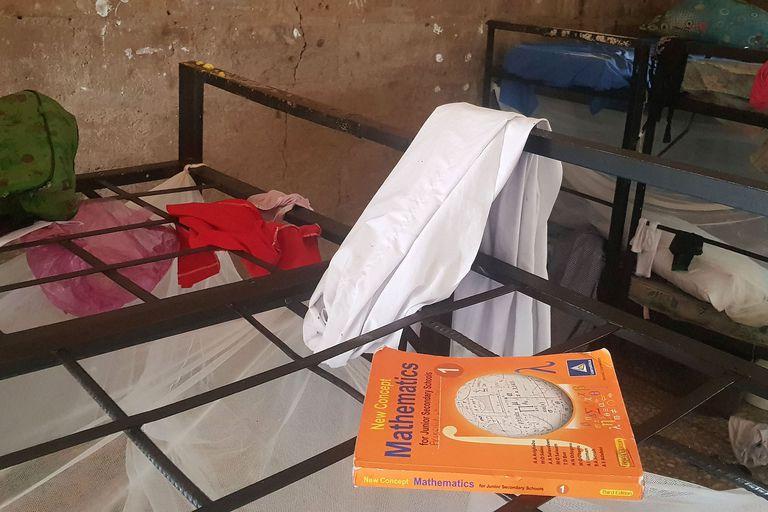 Libros y ropa de los estudiantes secuestrados en la Bethel Baptist School en el noroeste de Nigeria