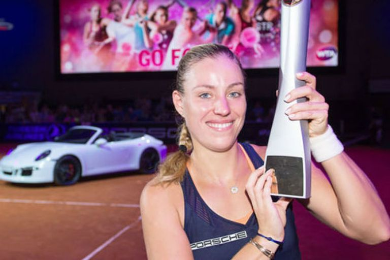 Kerber con su trofeo y el Porsche
