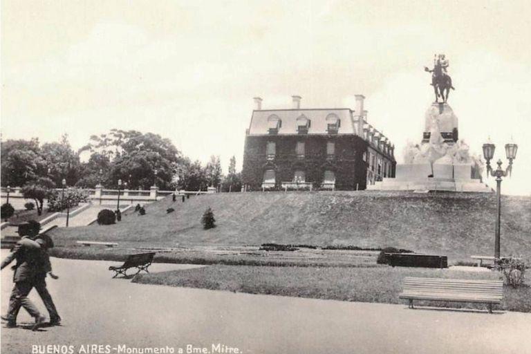La estatua de Bartolomé Mitre se erige delante de la residencia Madero Unzué sobre la barranca del sector de Recoleta conocido como La Isla, en una imagen del año 1920
