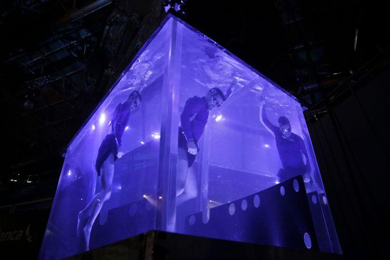 Ejercicio de adaptación de pulmones para la apnea que realiza en un numero este artista Derek Broussard de Hawai. Séptimo Día. Cirque Du Soleil. Polideportivo de Mar del Plata