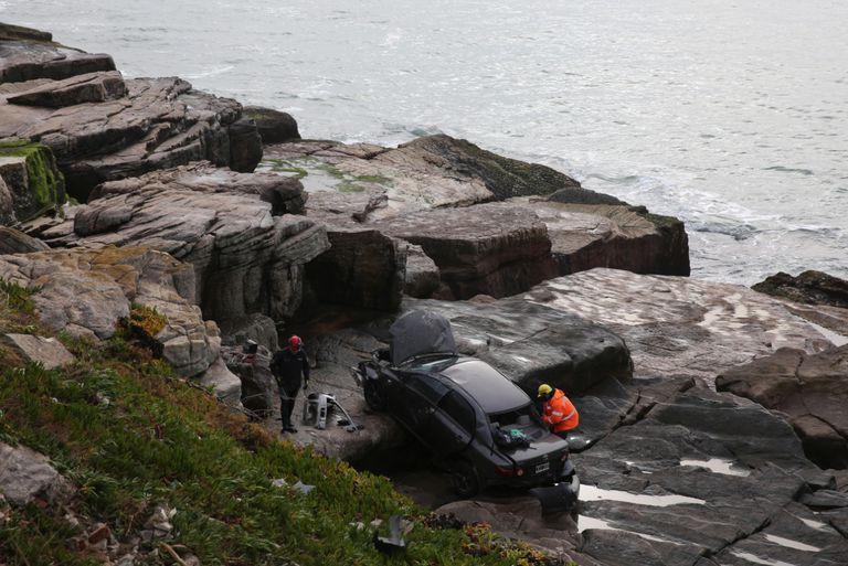 Un automovilista salió ileso tras despistar y caer con su vehículo contra rocas en Mar del Plata