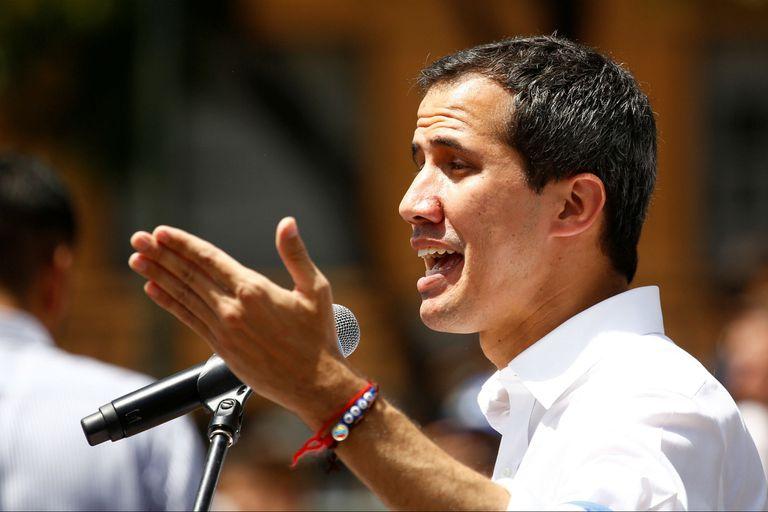 Guaidó en un acto con voluntarios en Caracas arengando para la ayuda humanitaria entre el 23 de febrero