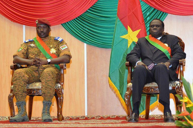 Noviembre 2014. El primer ministro Teniente Coronel Isaac Zida (izq.) junto al Presidente de Burkina Faso Michel Kafando. Ambos fueron detenidos por la Guardia Presidencial