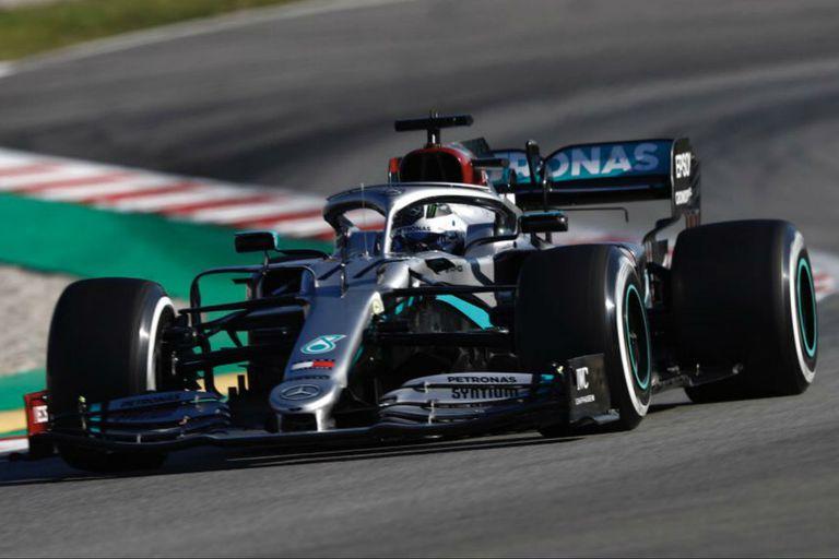 Video: por qué Hamilton saca y vuelve a poner el volante mientras maneja