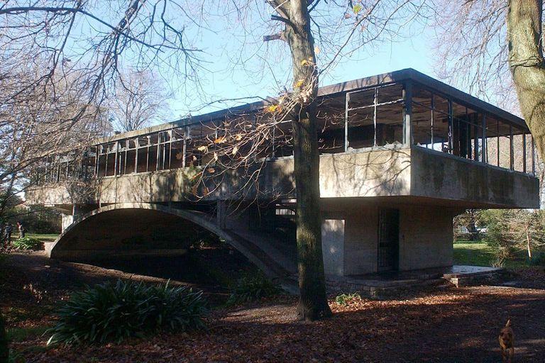 También conocida como la Casa del Puente, fue construida entre 1943 y 1945 y su diseño marcó un hito en el movimiento de la arquitectura moderna